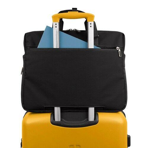 A táska hátulról húzószerkezeten